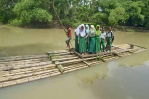 بچههایی که با کَلَک به مدرسه میروند!